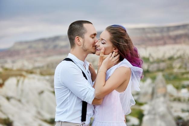 Abraçar e beijar casal apaixonado na manhã de primavera