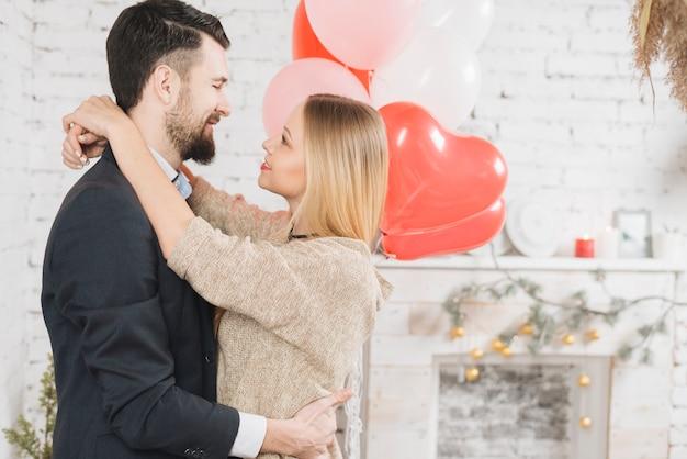 Abraçar o jovem casal apaixonado