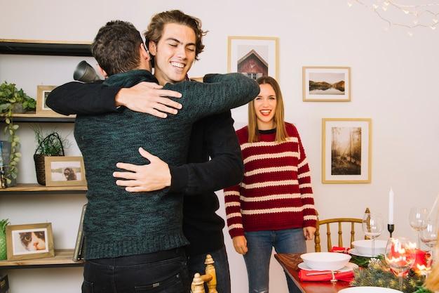 Abrace antes do jantar de natal