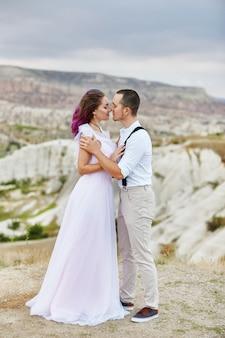 Abrace e beije um casal apaixonado em uma manhã de primavera na natureza. dia dos namorados, uma relação estreita entre um homem e uma mulher