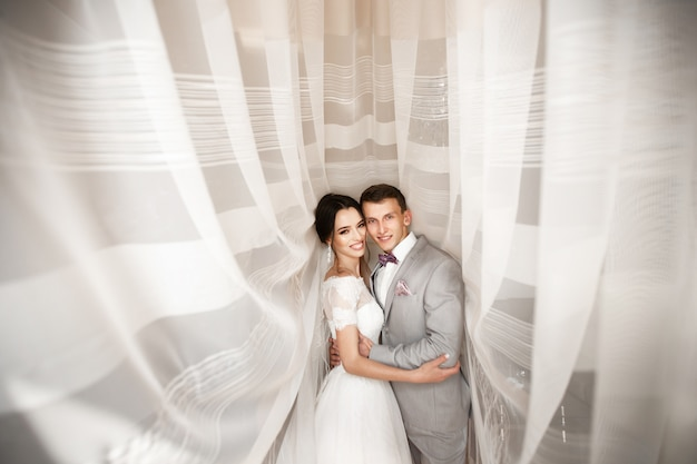 Abrace o jovem casal no dia do casamento