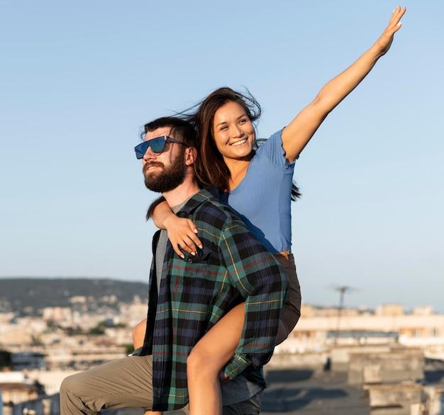 Abraço casal feliz ao ar livre