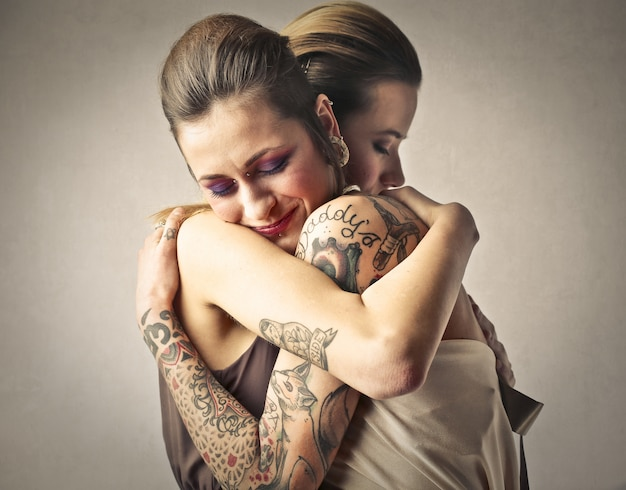 Abraço de duas meninas