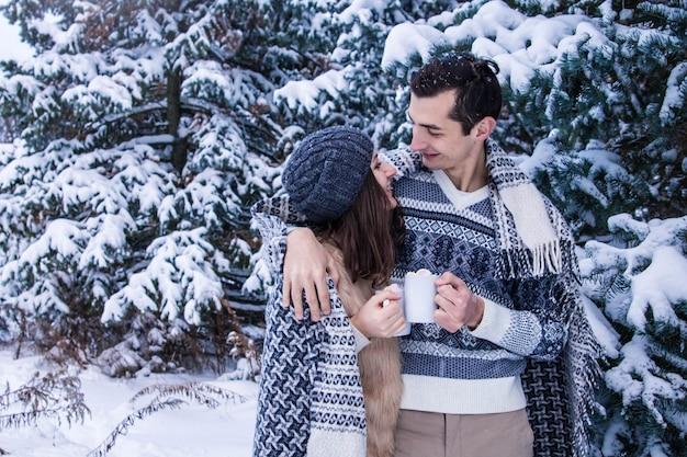 Abraços de casal na floresta de inverno