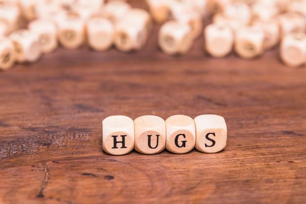 Abraços de palavra escritos em blocos de madeira
