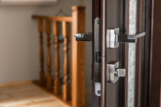 Abre a porta de madeira preta