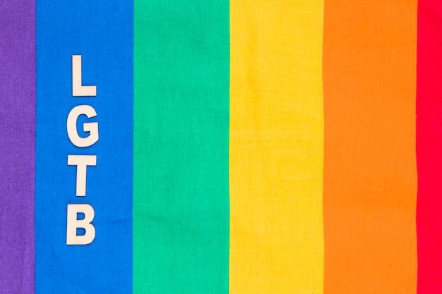 Abreviatura lgbt na faixa azul do fundo do arco-íris