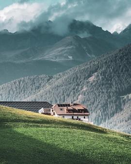 Abrigo conveniente para viajantes nas montanhas