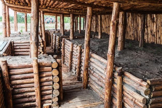 Abrigo e trincheiras de madeira
