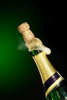 Abrindo a garrafa de champanhe para comemoração