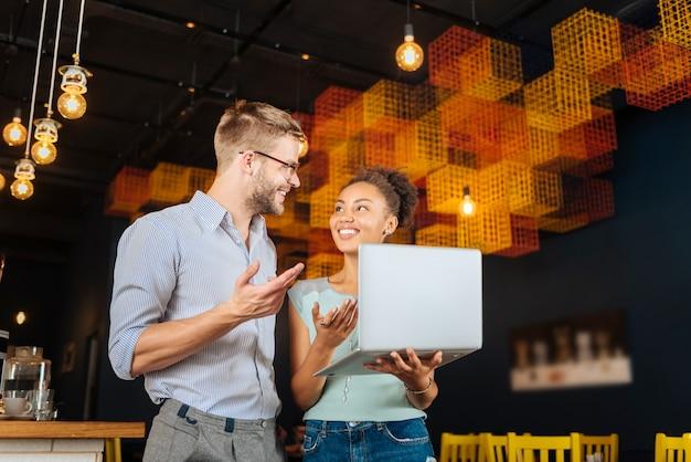 Abrindo restaurante. casal radiante sentindo-se extremamente feliz e bem-sucedido após abrir seu restaurante