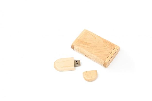Abriu a unidade flash usb em uma caixa de madeira ao lado de uma caixa de presente de madeira.
