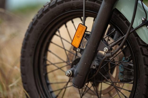 Absorvente de choque preto em motocicleta