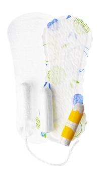 Absorventes higiênicos femininos e absorventes internos isolados no fundo branco