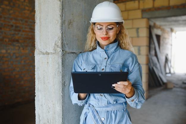 Absorvido pelo trabalho de uma engenheira trabalhando com um tablet