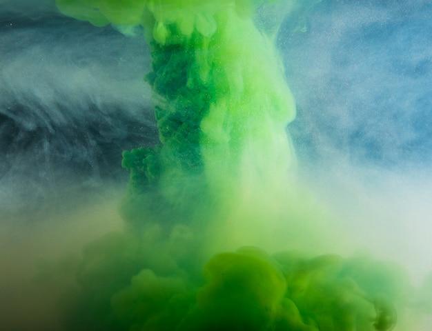 Abstrata nuvem verde pesada entre neblina de luz