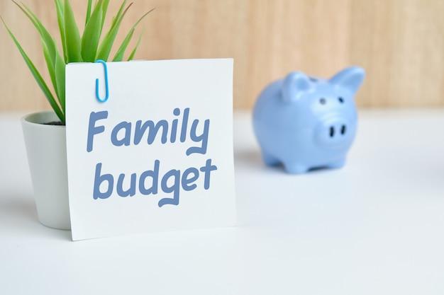 Abstratamente orçamento familiar de inscrição como um conceito de controle de custos e economia de dinheiro.