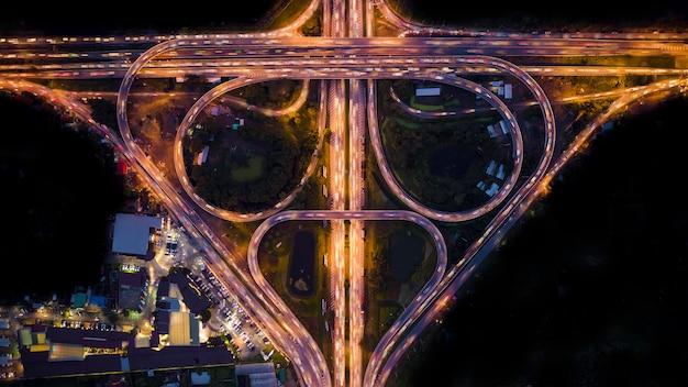 Abstrato anel viário à noite vista aérea