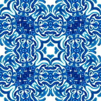 Abstrato azul e branco mão desenhada aquarela texturizada telha sem costura padrão ornamental.