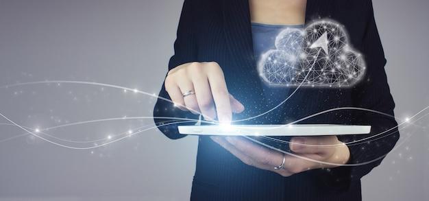 Abstrato base de tecnologia de conexão de nuvem. tablet branco na mão da mulher de negócios com sinal de nuvem digital de holograma digital e seta sobre fundo cinza. conceito de computação em nuvem.