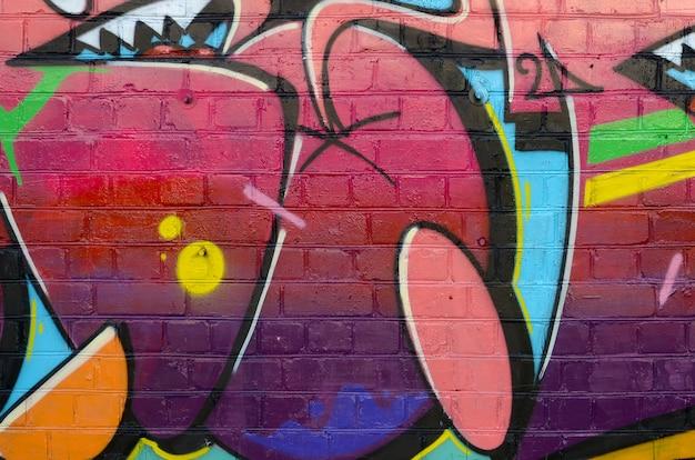 Abstrato colorido fragmento de pinturas de graffiti na parede de tijolos antigos