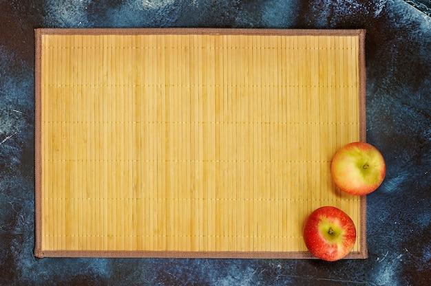 Abstrato com bastão e maçãs vermelhas frescas