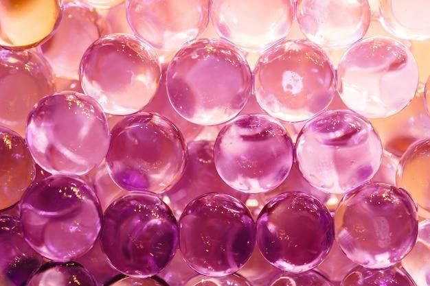 Abstrato com bolas de água brilhante nas cores violetas e laranja