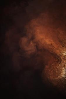 Abstrato, cor vermelha, laranja e marrom da nebulosa, textura líquida criativa, escuro e claro, água do rio vermelho e poeira flutuando na água