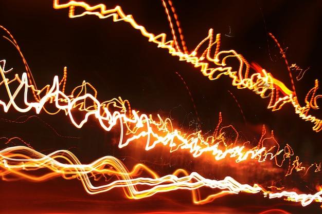 Abstrato e textura de linhas brilhantes rastreadas de luzes.