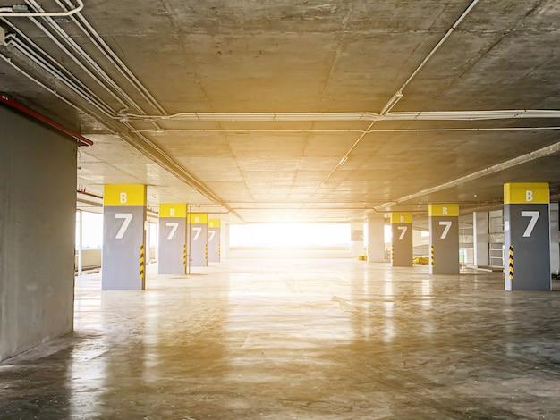 Abstrato em parque de estacionamento na construção
