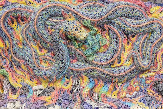 Abstrato, padrões de telha cerâmica colorida no templo (wat ban rai) no distrito de dan khun thot, província de nakhonratchasima, tailândia