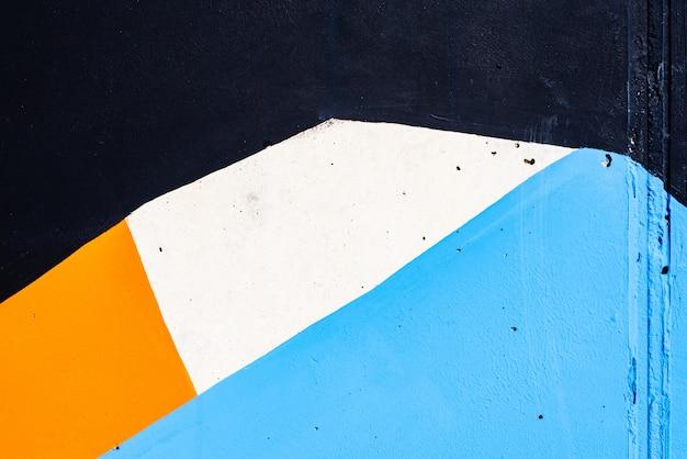 Abstrato pintado em uma parede com cores brancas e azuis.