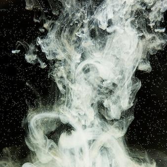 Abstrato preto e branco em manchas de água.