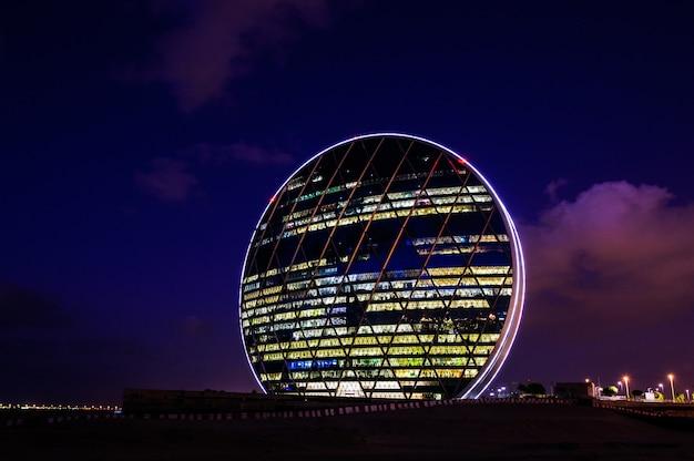 Abu dhabi, emirados árabes unidos - 23 de outubro: o edifício da sede aldar é o primeiro edifício circular no oriente médio em 23 de outubro de 2017 em abu dhabi, emirados árabes unidos