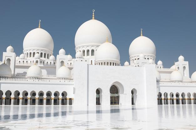 Abu dhabi, emirados árabes unidos - março de 2019: grande mesquita sheikh zayed em abu dhabi