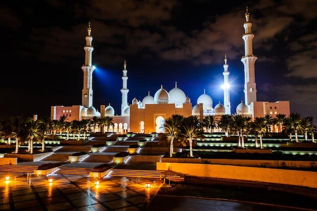 Abu dhabi, emirados árabes unidos - outubro 23,2017: mesquita sheikh zayed em abu-dhabi, um dos marcos mais famosos dos emirados árabes unidos. foto tirada em 23 de outubro de 2017