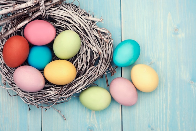 Abundância de ovos de páscoa coloridos na mesa