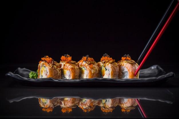 Aburi, rolo de salmão coberto foie gras roll servido no prato longo, estilo de comida japonesa