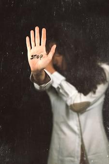 Acabar com a violência contra as mulheres. mão dizendo pare.