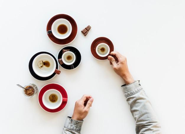 Acabou de beber copos de café com chocolate