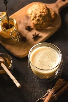 Açafrão com leite em um fundo escuro