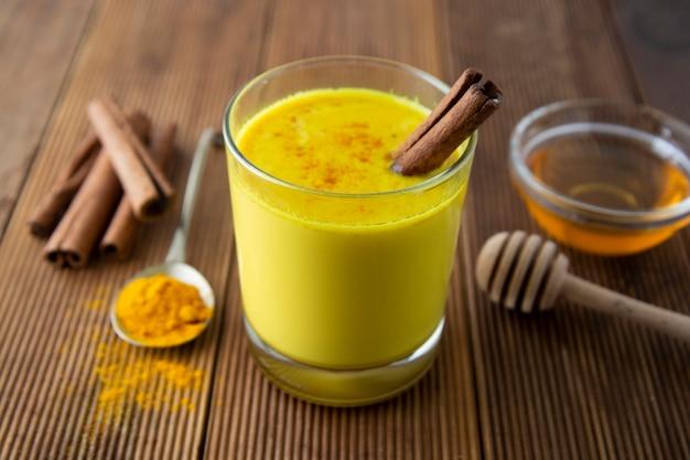 Açafrão dourado leite com mel, canela. remédio para muitas doenças.