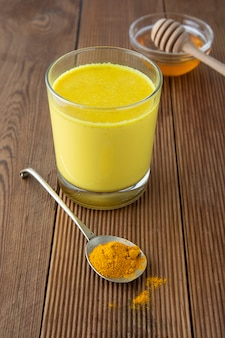 Açafrão dourado leite com mel. remédio para muitas doenças.