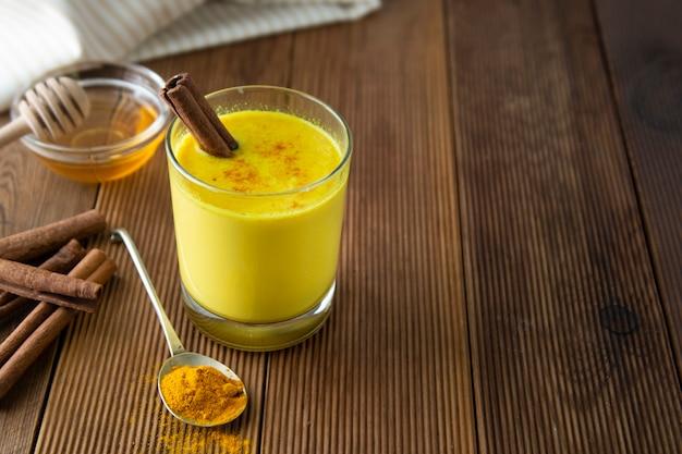 Açafrão dourado leite, mel de cúrcuma e canela. remédio para muitas doenças.