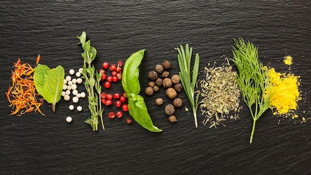 Açafrão e especiarias na mesa