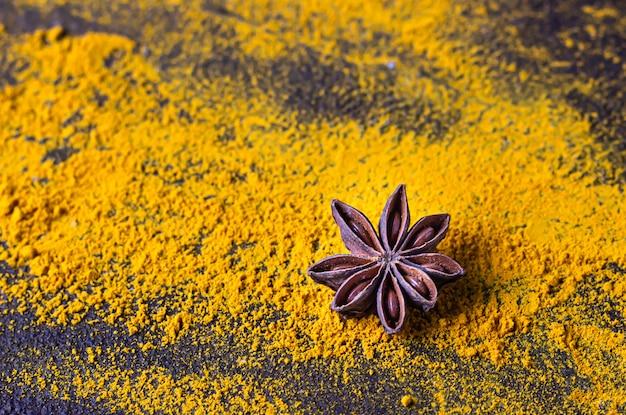 Açafrão moído ou curcuma com anis estrelado