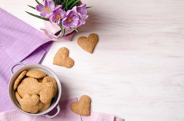 Açafrões lilás e biscoitos secos de gergelim
