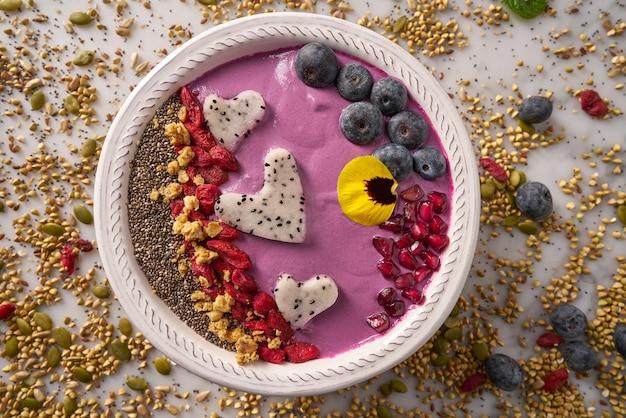 Açaí tigela batido pitaya corações mirtilo goji