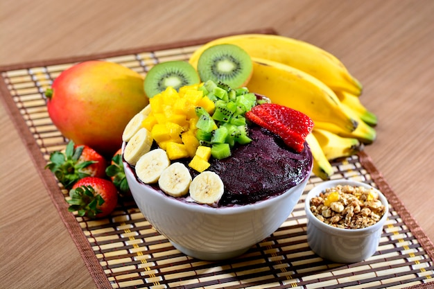 Açaí tigela com salada de frutas banana manga kiwi e morango