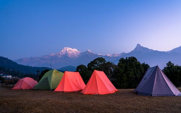 Acampamento ao ar livre de manhã cedo e vista para a montanha da paisagem da caminhada do monte mardi, no nepal.